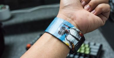 Chỉ 300K đồng hồ điện tử làm từ giấy, chống nước nhẹ, pin 2 năm, bảo vệ môi trường