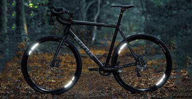 Đi đêm an toàn hơn với xe đạp phản quang siêu độc lạ